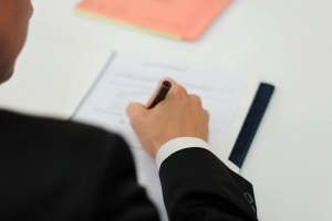 Signature de contrat. (Photo: Petra Bork/pixelio.de)